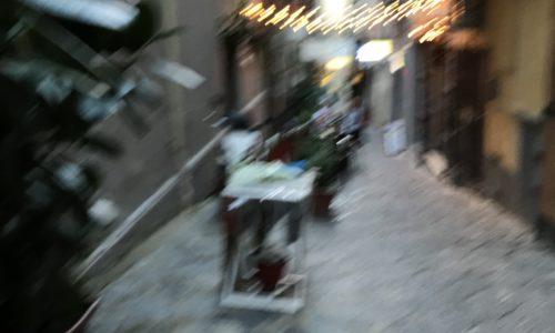Vedere napoli e poi morire. Arriver à Naples. Un projet en soi.